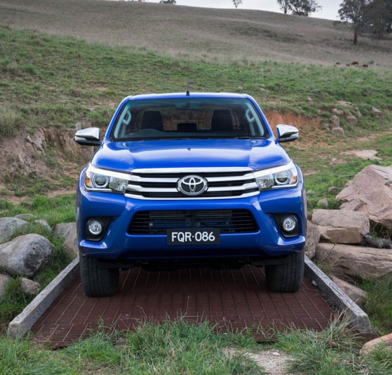 Toyota HiLux вид спереди