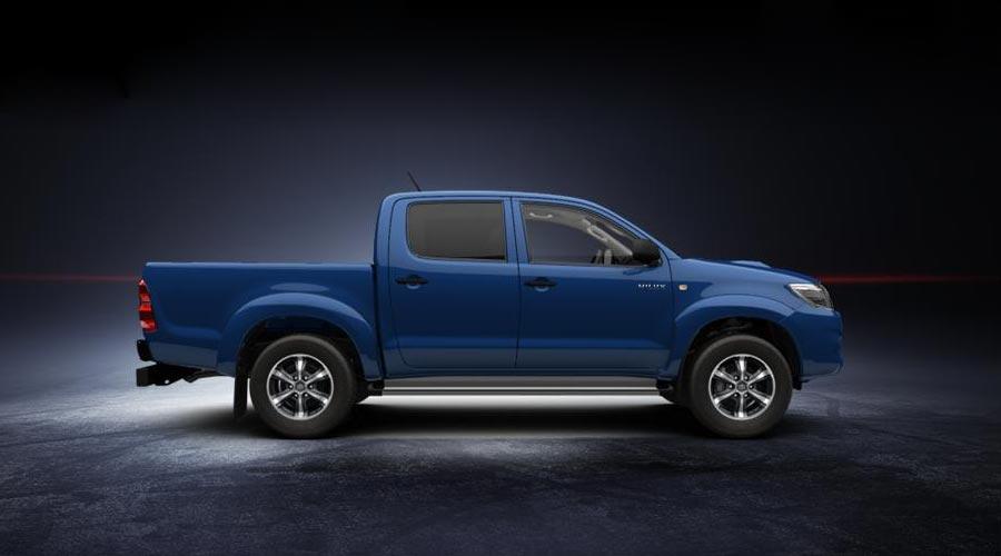 Пикап Toyota Hilux синего цвета.